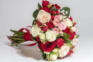 Розовые розы в сочетании с красными и белыми