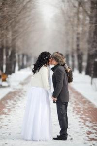 невеста зимой в полушубке с женихом